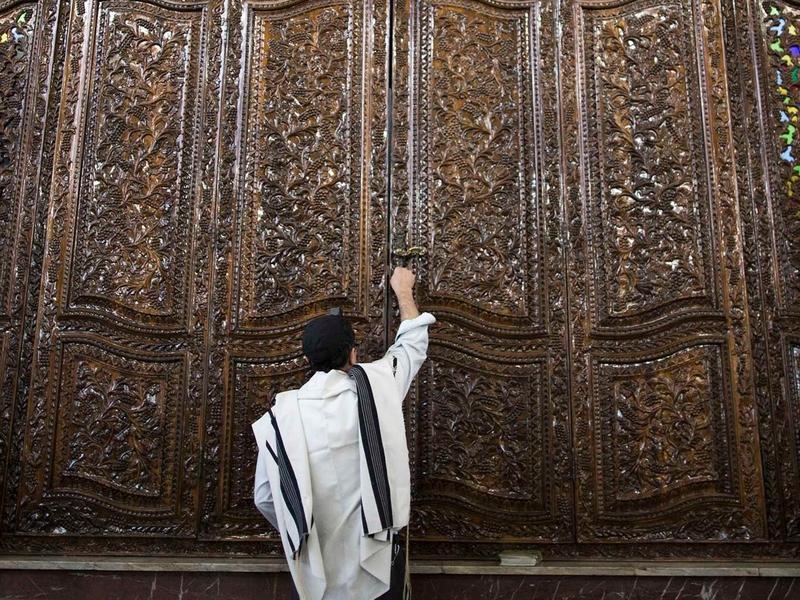 Judeu durante as orações da manhã na Sinagoga Youssef Abad em Teerã, capital do Irã. (Foto: Behrouz Mehri/AFP/Getty Images)