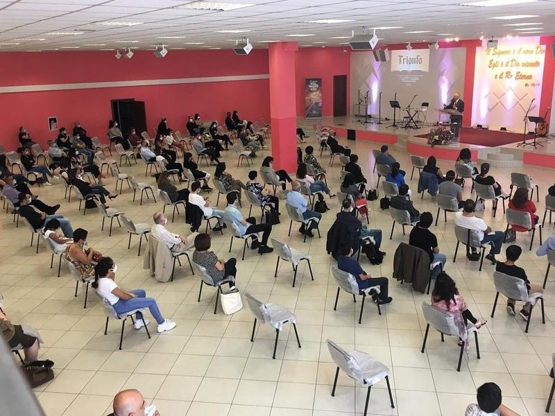 Primeiro culto da igreja Sorgente di Vita em Milão. (Foto: Facebook/Sorgente di Vita)