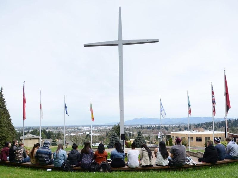 A cruz está no campus da faculdade New Hope desde 1964, em Oregon. (Foto: New Hope Christian College)