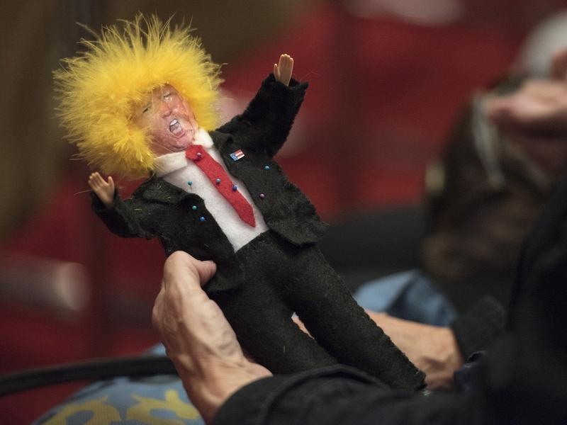 Feiticeiros fazem vudu de Trump para lançar feitiços sobre o presidente dos EUA. (Foto: Medium.com)