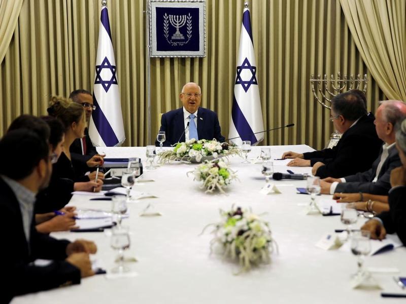 Membros do partido Likud em reunião com o presidente israelense Reuven Rivlin, em Jerusalém. (Foto: Menachen Kahana/Pool via Reuters)