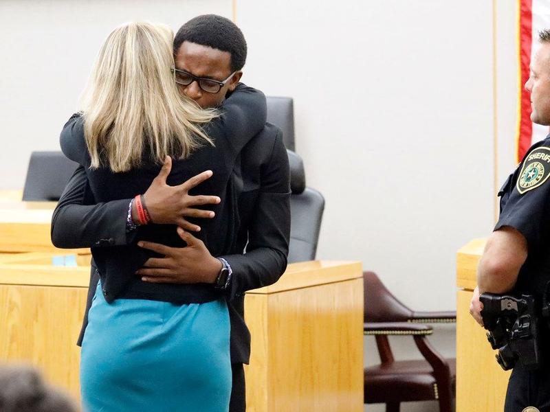 Brandt Jean abraça a assassina de seu irmão, Amber Guyger, durante audiência em Dallas. (Foto: Tom Fox)