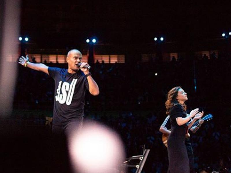 Pastor Felipe Parente ao lado da cantora Priscilla Alcantara, no ASU 2018. (Foto: Reprodução/ASU)