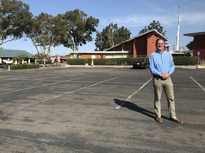 Pastor Jonathan Doolittle, da Igreja Luterana de Clairemont, no estacionamento onde sua quer construir moradias populares. (Foto: Andrew Bowen)