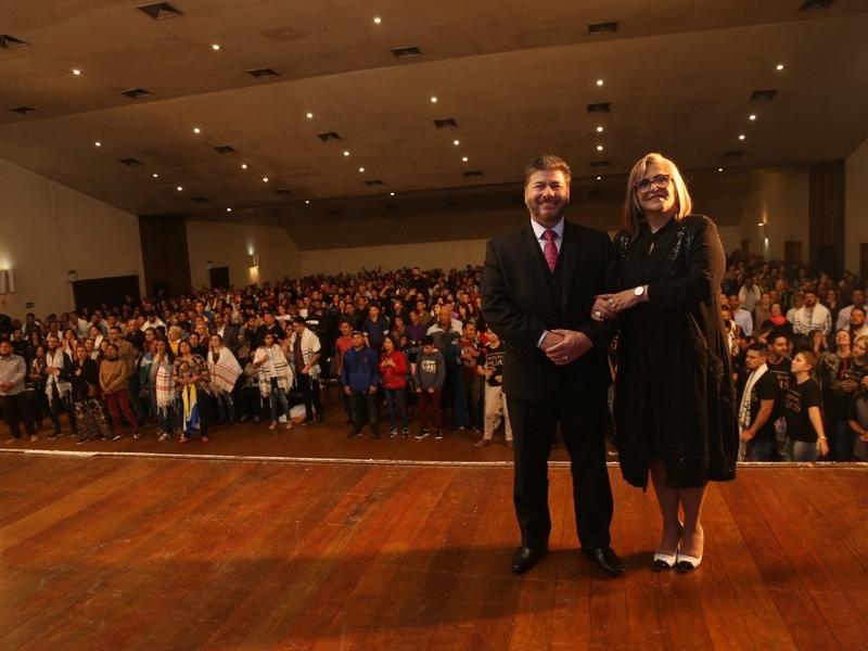 Pastor Joel Engel e sua esposa, Mara Engel, na Escola Profética 2018. (Foto: Divulgação)