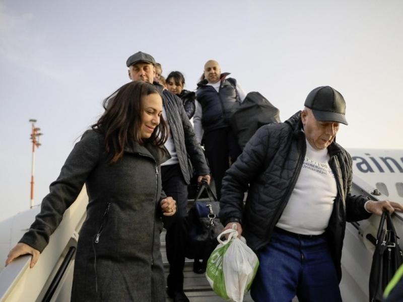 Yael Eckstein (à esquerda) recebe imigrantes judeus da Ucrânia em Israel, em fevereiro de 2019. (Foto: IFCJ)
