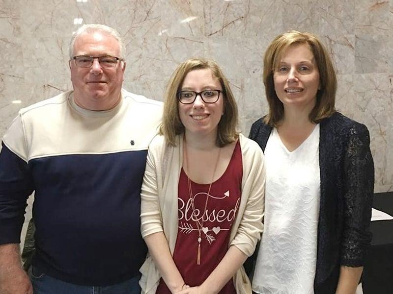 Margo Carl (à direita) junto com o marido, Joe, e a filha, Jessica (centro). (Foto: Reprodução/Facebook)