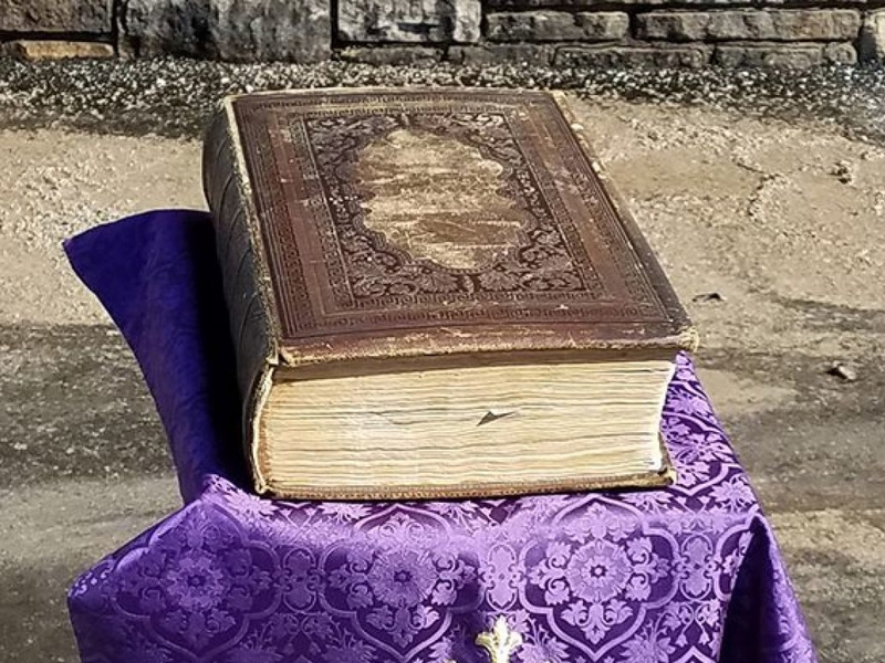 A Bíblia de 150 anos sobreviveu a dois grandes incêndios nas igrejas de Wisconsin. (Foto: Igreja Metodista Unida de St. Paul)
