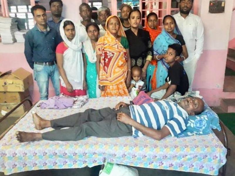 Cristão agredido por radicais hindus dentro de casa. (Foto: Divulgação/Ásia News)