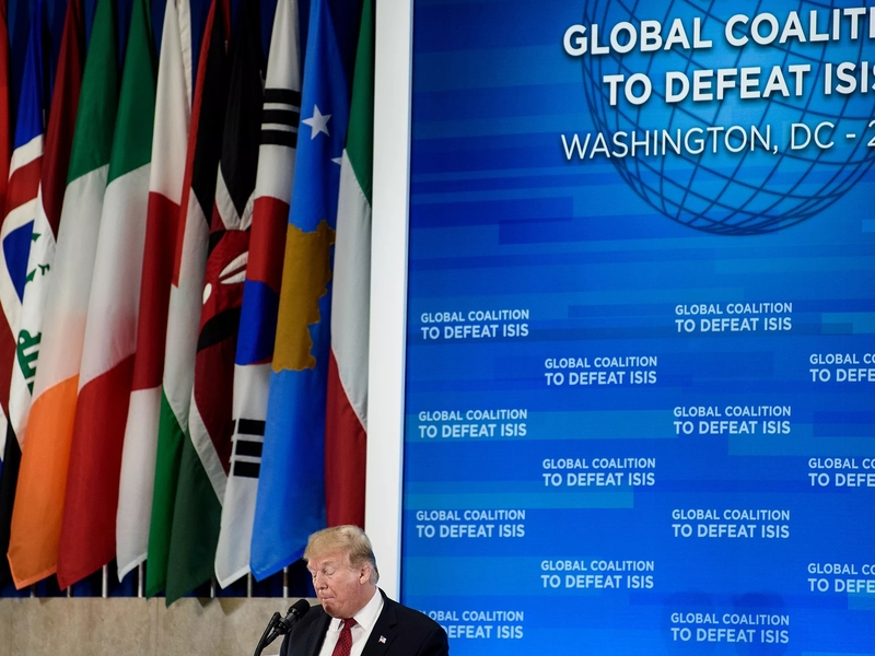 Donald Trump discursa durante encontro da coalizão de combate ao Estado Islâmico. (Foto: Brendan Smialowski/AFP)