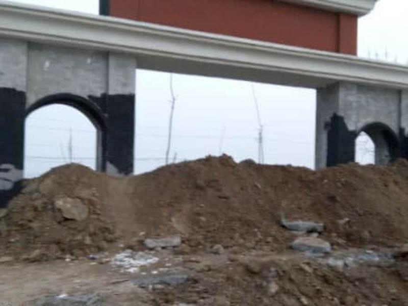 As autoridades bloquearam a entrada da Igreja True Jesus com terra depois de a terem tomado a força. (Foto: Reprodução/Bitter Winter)