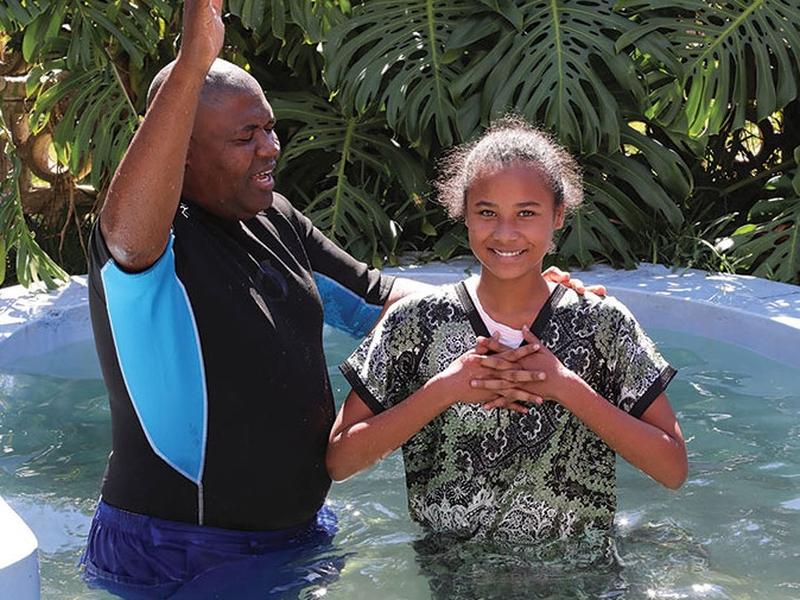 Mais de 1.300 pessoas foram batizadas no Zimbábue no ano passado, através dos esforços do ERC. (Foto: Southern Tidings)