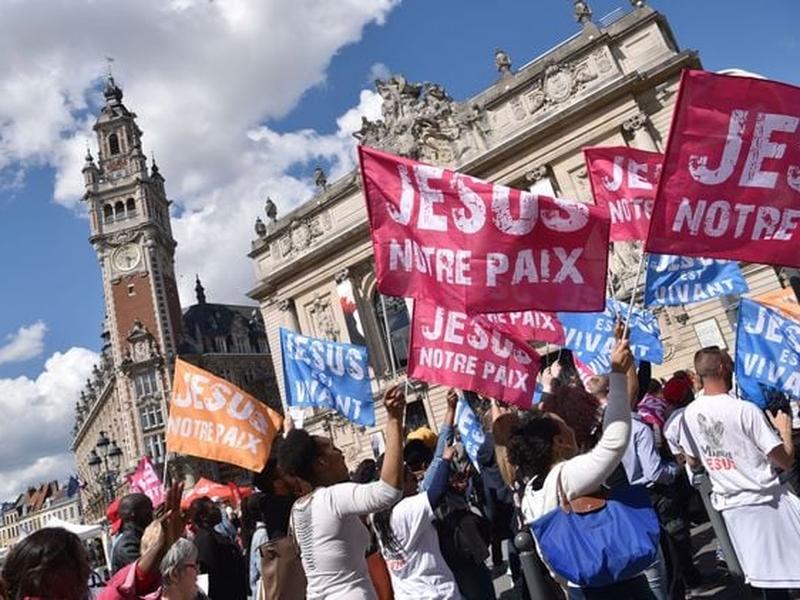 Milhares marcharam para testemunhar sua fé em Jesus na França. (Foto: Reprodução/Evangelical Focus)