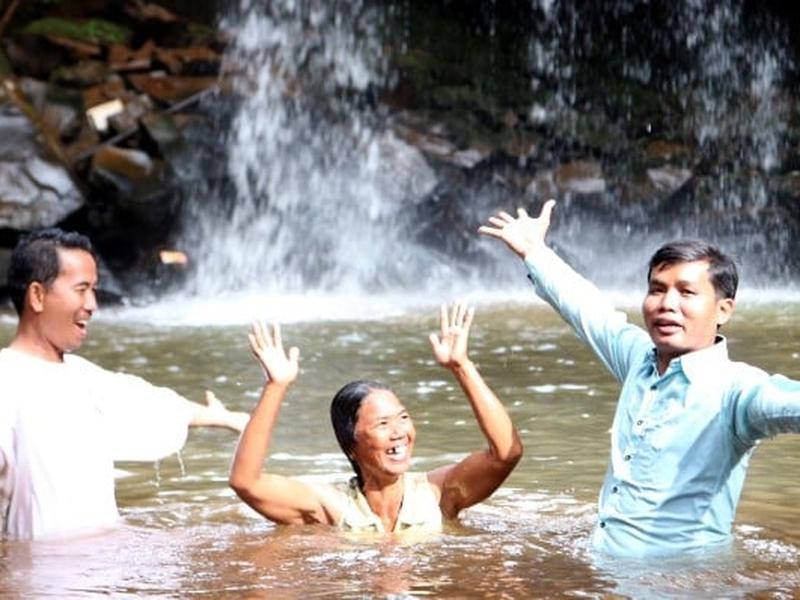 Nova convertida no sudeste da Ásia celebra após ser batizada. (Foto: Reprodução/BP News)