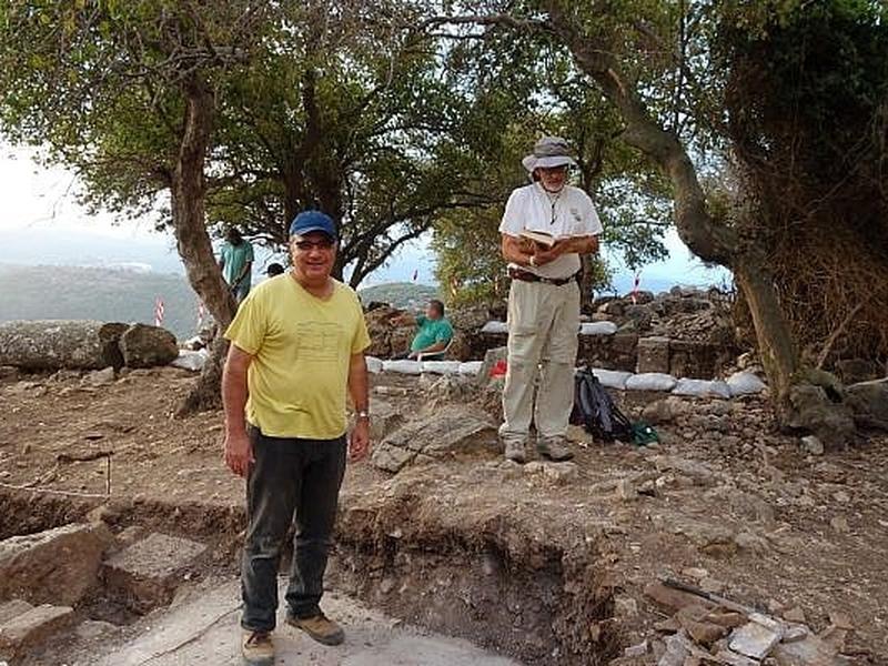 O historiador Jacob Ashkenazi e o arqueólogo Mordechai Aviam, que lideram as escavações da igreja primitiva da Galileia. (Foto: Mordechai Aviam)