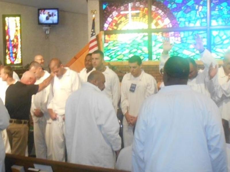Jim Babcock ministrando aos prisioneiros. (Foto: Reprodução/AG News)
