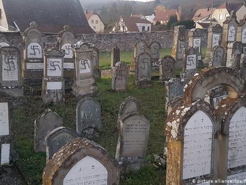 107 túmulos do cemitério de Westhoffen foram profanados. (Foto: Reprodução/Deutsche Welle)