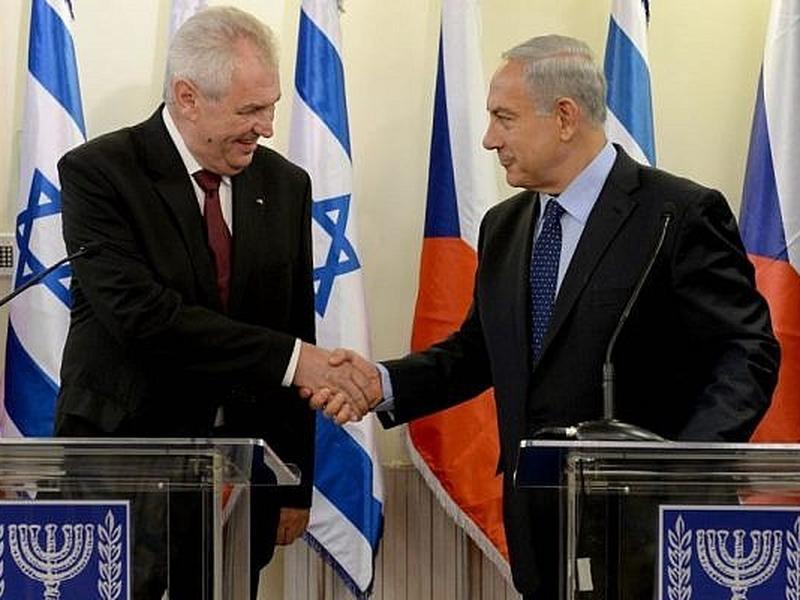 O primeiro-ministro Benjamin Netanyahu aperta as mãos do presidente tcheco Milos Zeman no gabinete do primeiro-ministro em Jerusalém. (Foto: Kobi Gideon / GPO / Flash90)