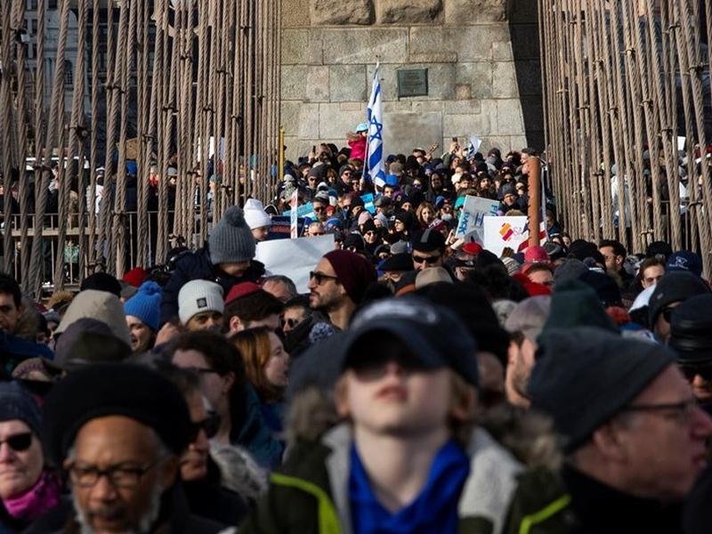 : Marcha sobre a ponte do Brooklyn no domingo, 5 de janeiro, protesta contra ataques antissemitas em NY. (Foto: Reprodução/Eduardo Munoz Alvarez)