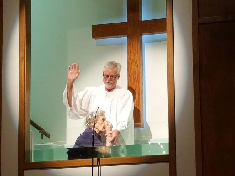 Todd Free, pastor da Igreja Batista de Cook em Ruston, batiza Ophelia White. (Foto: Reprodução/UGCN)