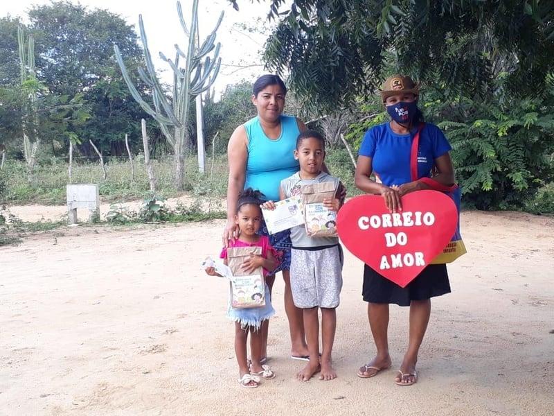 Edileusa (à direita), percorreu 12 km e visitou 54 crianças em lugares sem acesso à internet. (Foto: Divulgação)