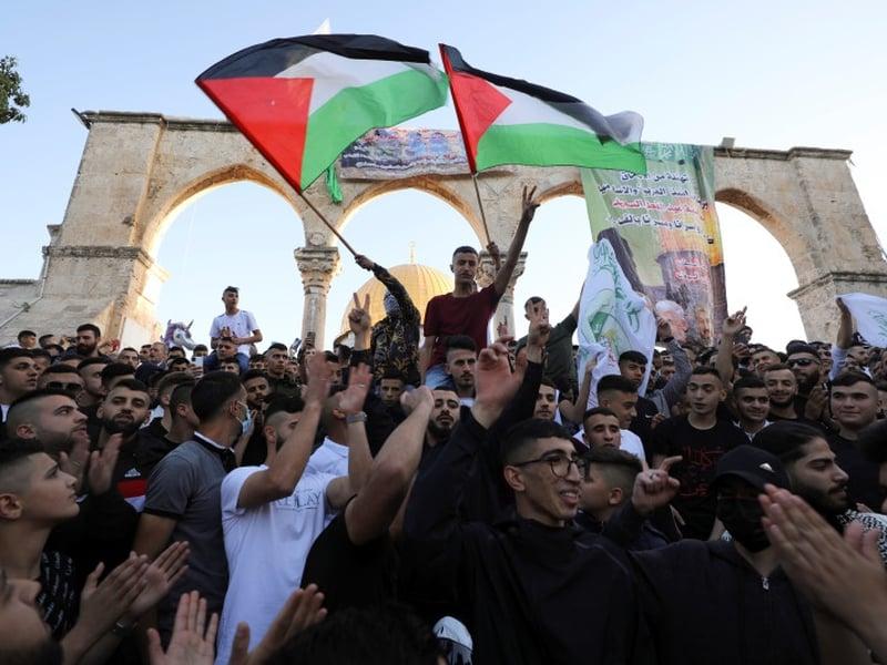 Ativistas penduraram faixas exaltando o Hamas e seus líderes na mesquita de al-Aqsa. (Foto: Ammar Awad/Reuters)