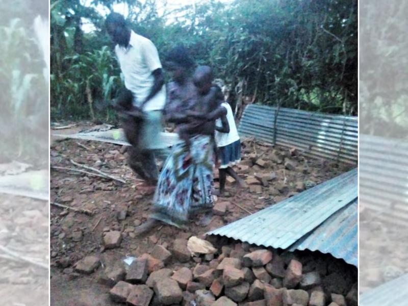 Louis Levi Baula e família depois que parentes muçulmanos destruíram sua casa no leste de Uganda em 23 de maio de 2021. (Foto: reprodução / Morning Star News)
