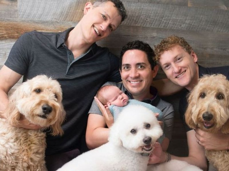 Ian Jenkins (à esquerda), Alan (ao centro) e Jeremy (à direita) foram um trisal e todos são legalmente pais do filho. (Foto: Sweet me Photography).