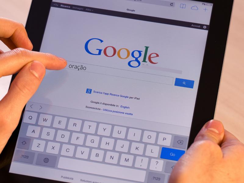 """Plataforma de buscas registrou aumento pelo termo """"oração"""". (Foto: Reprodução / Canva)"""