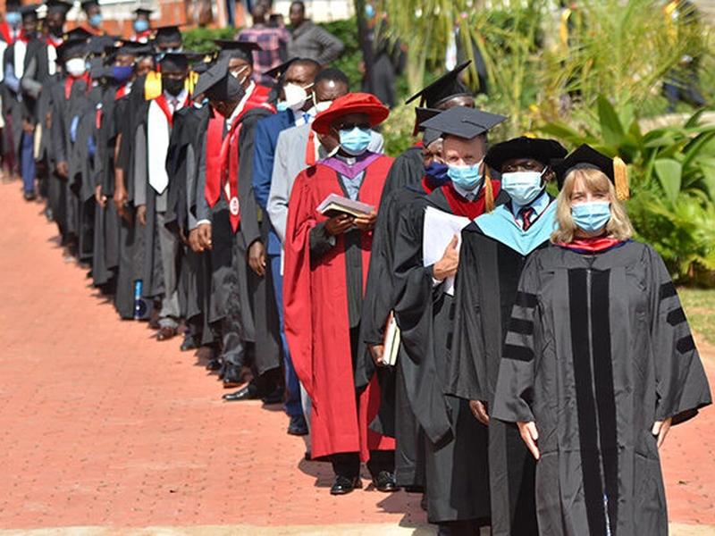 Formandos durante a cerimônia, em Kampala. (Foto: Reprodução / LBC)