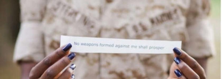 """""""Toda arma forjada contra mim não prosperará"""", diziam os versículos impressos."""