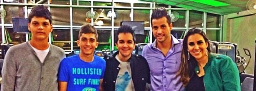 Danese (centro) ao lado de Fábio, da esposa do jogador, Sandra, e do jovem goleiro Brasão (esquerda).