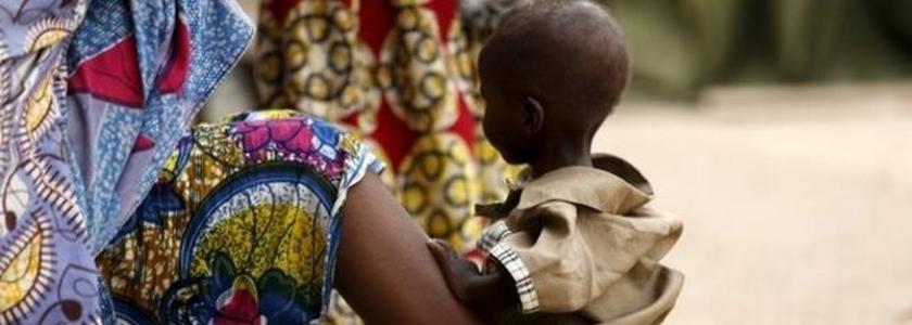 Centenas de pessoas foram resgatadas pelo exército nigeriano e agora estão sendo mantidas em um acampamento, em Yola (Nigéria)