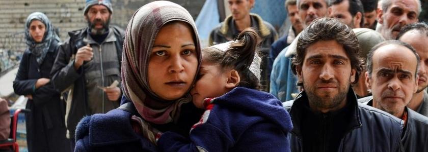 Pessoas fazem fila para receber ajuda humanitária no campo de refugiados palestinos.