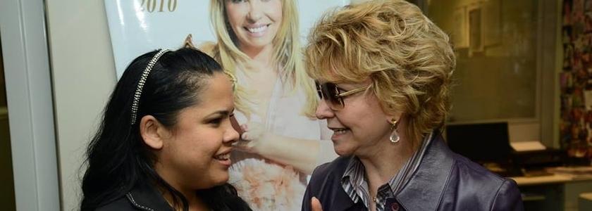 Cassiane conversa com a diretora da MK Music, Yvelise de Oliveira. Um novo contrato foi assinado nesta terça-feira (Foto: Facebook)