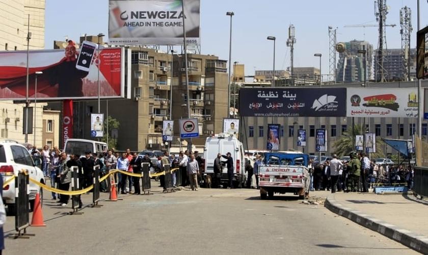 Autoridades de segurança inspecionam a cena da explosão de um carro-bomba em uma ponte, no bairro de Zamalek (Cairo)