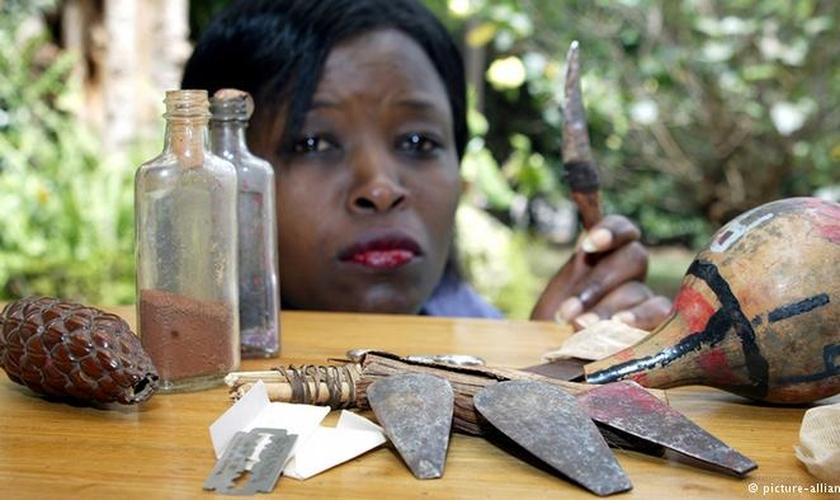 Mulher queniana diante dos instrumentos utilizados na Mutilação Genital Feminina (MGF).