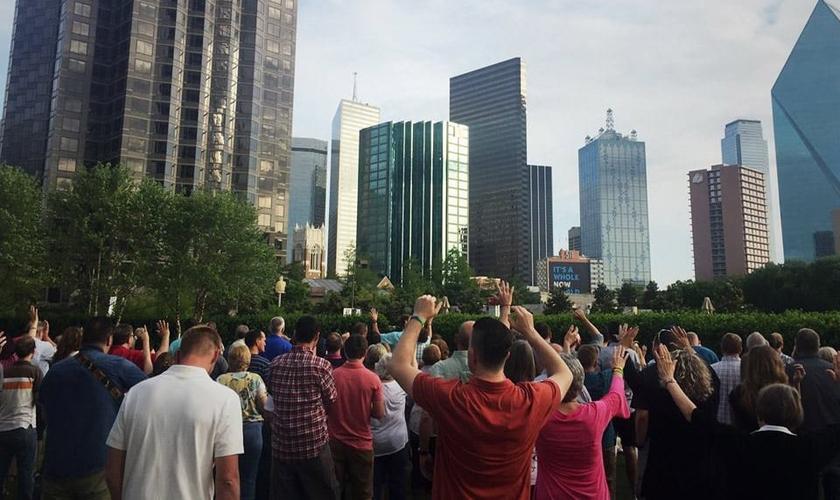 Os moradores locais estão sendo evangelizados nas ruas, escolas e restaurantes. (Foto: Facebook/ReviveTX)