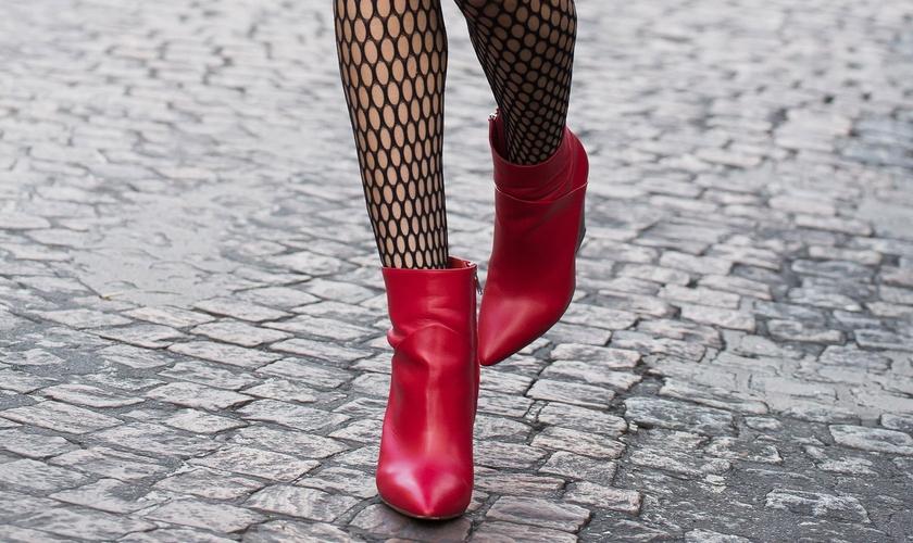 Aprenda a usar as botas vermelhas e tirar o visual da mesmice. (Foto: Agência Fotosite)