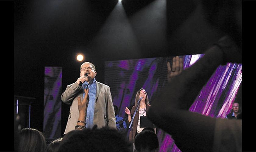 Pastor Mike Hutchings durante ministração em igreja nos Estados Unidos. (Foto: Rachel Hutchings)
