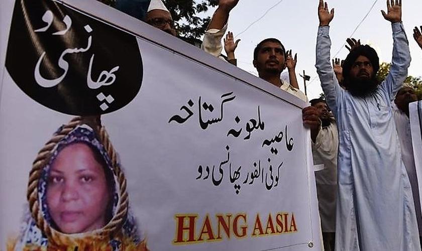 Muçulmanos exigem que Asia Bibi seja enforcada. (Foto: Sunshine Coast Daily)