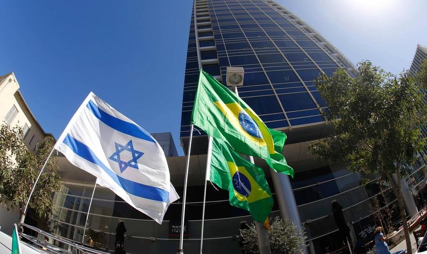 Bandeiras de Israel e do Brasil em Tel Aviv. (Foto: Jack Guez - AFP)