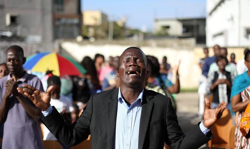 Cristãos durante culto depois que sua igreja foi destruída pelo ciclone Idai, em Moçambique. (Foto: Reuters/Siphiwe Sibeko)