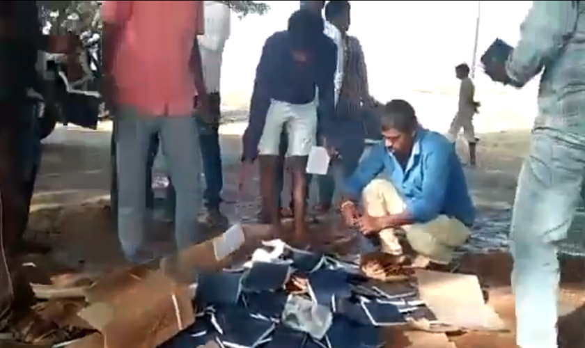 Radicais hindus queimam cerca de 1000 Bíblias em praça pública. (Foto: Reprodução/Twitter)