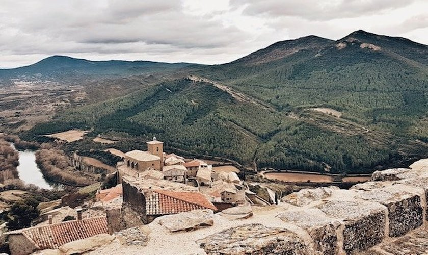 Um vilarejo na região norte de Navarra, na Espanha. (Foto: Cecilia Rodríguez/Unsplash)