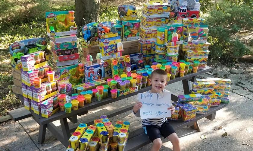 Weston Newswanger celebrou seu aniversário de 5 anos ajudando outras crianças. (Foto: Reprodução/Facebook)