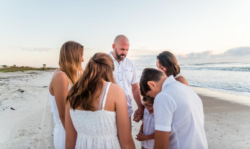 Com câncer de mama, Rebecca Howell raspou a cabeça em momento de oração com a família. (Foto: Jeannie Capellan Photography)