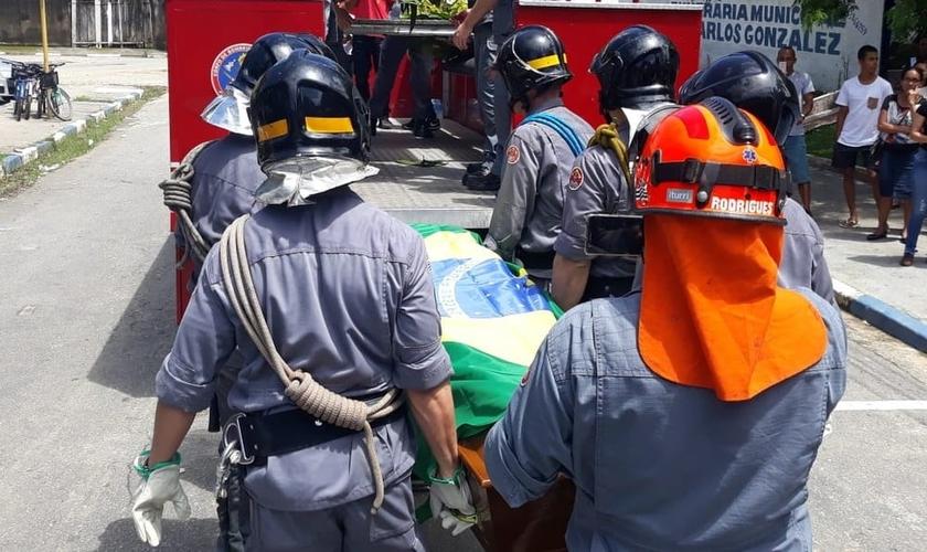 Bombeiros fizeram um cortejo fúnebre em homenagem ao cabo Moraes. (Foto: Carlos Nogueira/ A Tribuna Jornal)