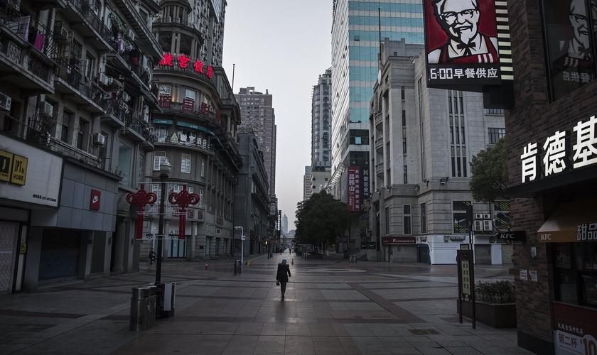 Imagem de rua quase vazia em Wuhan, epicentro do coronavírus na China. (Foto: Getty Images)