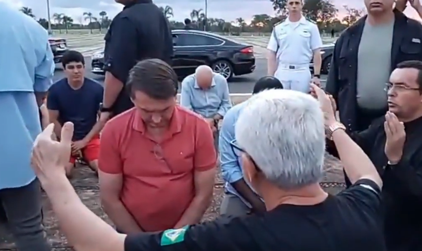 Jair Bolsonaro recebe orações em frente ao Palácio da Alvorada. (Foto: Divulgação)